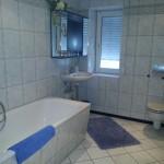 ... hier ist unser modern eingerichtetes Bad mit Wanne und Dusche.