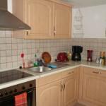 ...das ist unsere komplett eingerichtete Küche. Kühl- und Gefrierschrank ermöglichen auch in der warmen Jahreszeit das Aufbewahren von Speisen und Getränken.  Neben einem Kochherd befindet sich hier auch ein Backherd. Dort können Sie wenn Sie es wünschen, Ihre Mahlzeiten individuell zubereiten