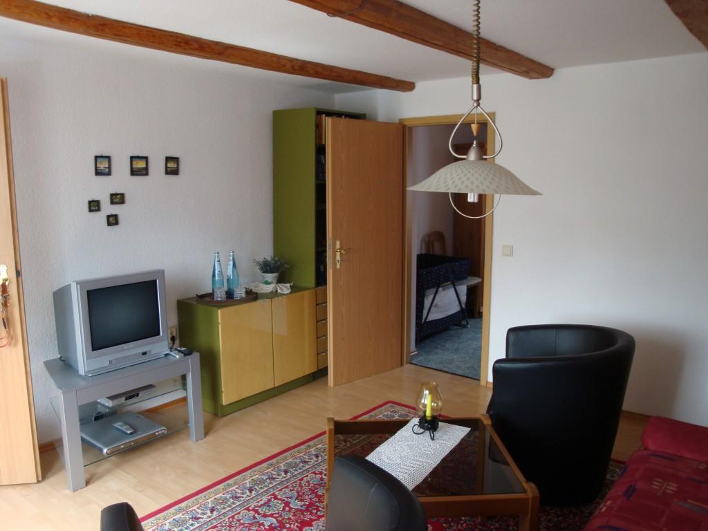 zur Hofseite raus, ist ebenfalls durch eine Tür vom Schlafzimmer abgetrennt. Die Doppelliege kann zur Aufbettung genutzt werden. Im angrenzenden Schlafzimmer befindet sich ein Reise-Babybett.
